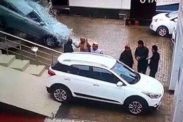 Ao comprar o primeiro carro, jovem provoca acidente dentro de concessionária; VEJA VÍDEO