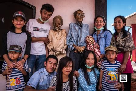 xblog dead family.jpg.pagespeed.ic .XlWaufznXS - Comunidade indonésia mantém cadáveres de familiares morando com os vivos