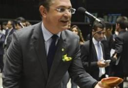 Deputado propõe que cônjuges devem ficar em Brasília para evitar traições