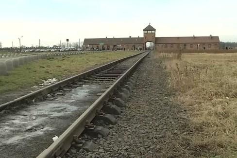 2018 01 25t154902z 1 lva0017zm2drt rtrwnev e 4217 holocaust memorial dinner 300x200 - Museu de Auschwitz pede que visitantes evitem caminhadas sobre trilhos