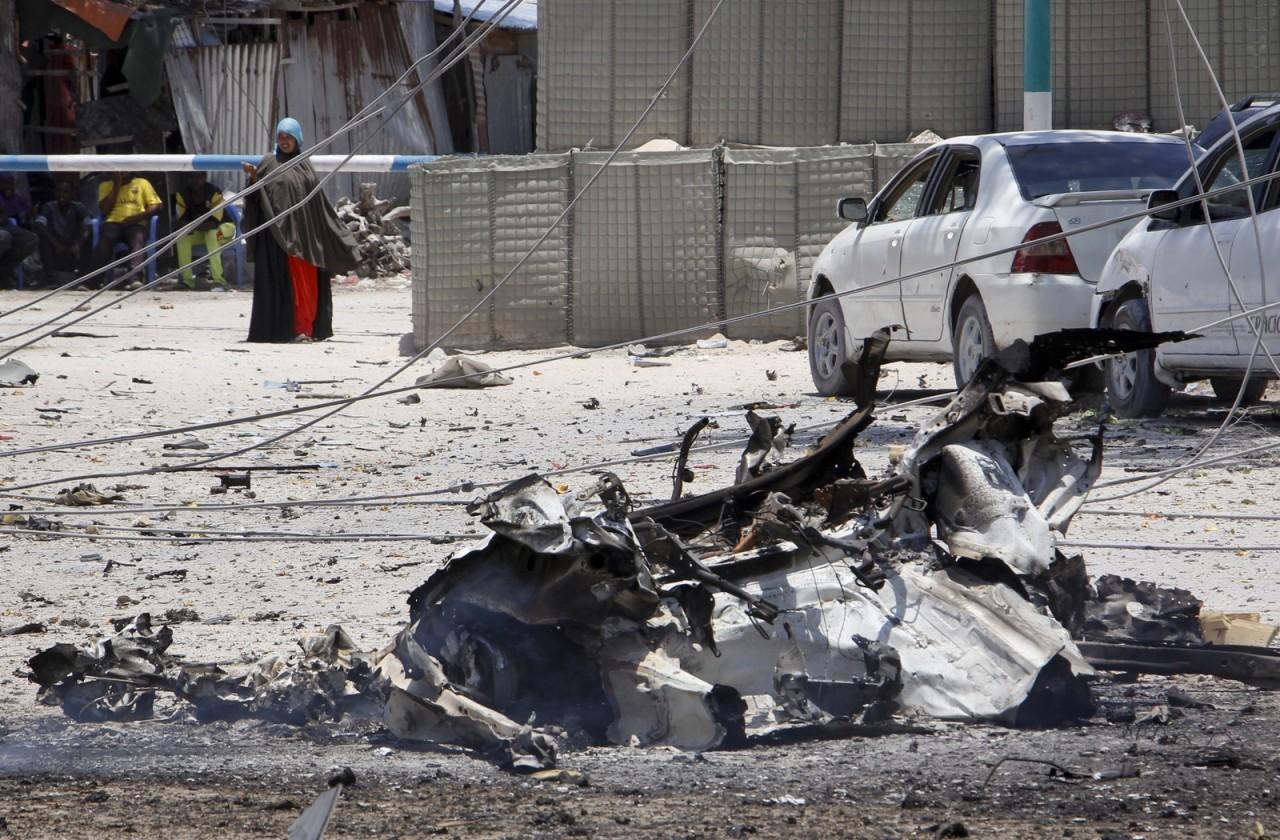 ap19082402404207 - TERROR E CAOS: Ataques com carros-bombas matam vice-ministro e mais 10 na Somália