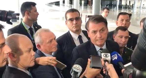 bolsonaro se defende - 'TENHO FOTO COM MILHARES DE POLICIAIS': Bolsonaro diz que não conhece homem suspeito de matar Marielle