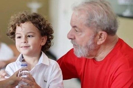 lula com o neto arthur 01032019133103570 - Defesa pede liberação de Lula para velório do neto