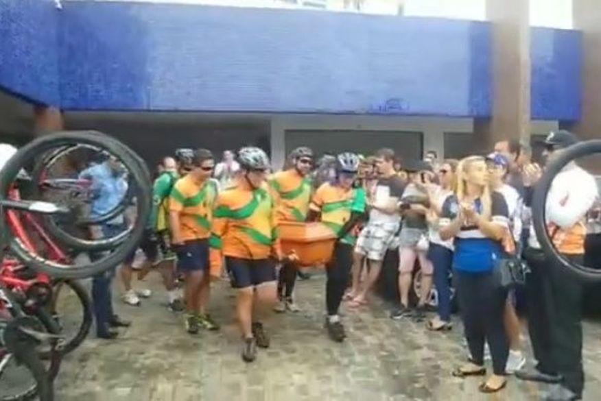 marcus ciclista morto infarto jp 040319 homenagem ciclistas - Ciclistas homenageiam em velório, amigo que morreu de infarto - VEJA VÍDEO