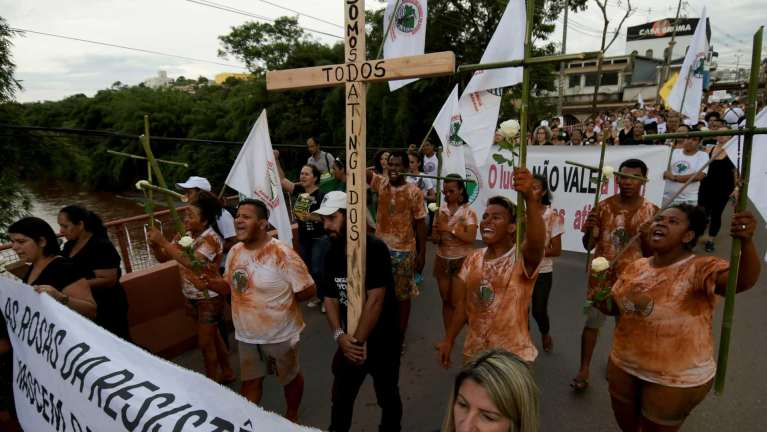 naom 5c883477628d5 1 300x169 - TRAGÉDIA EM BRUMADINHO: familiares de desaparecidos protestam contra Vale