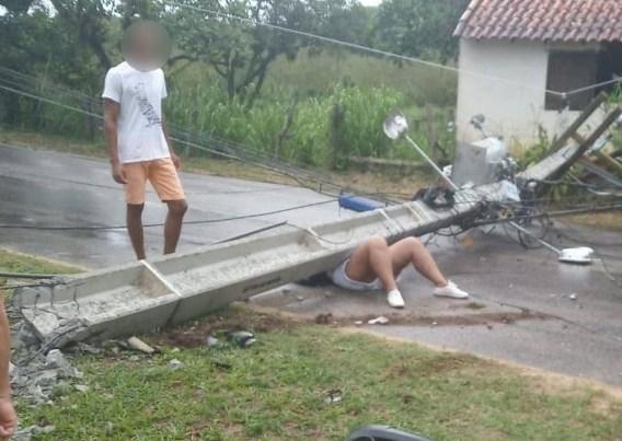 poste 300x213 - TRAGÉDIA: mulher fica gravemente ferida ao ser atingida por poste em acidente