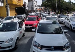 TRÂNSITO PARADO: Protesto de motoristas e taxistas bloqueia trecho do Centro de João Pessoa