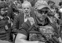 PT aciona corregedoria da PF sobre policial com distintivo da SWAT em escolta de Lula