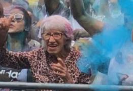Vovó de 92 anos rouba a cena em show de música eletrônica