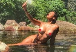 Ex-BBB Ariadna arantes 'causa' com foto nua em cachoeira