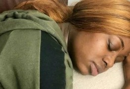 Jovem dorme 22 horas por dia durante três semanas