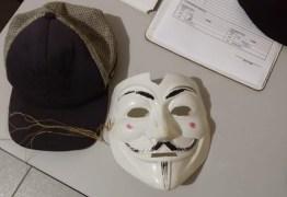 Três adolescentes mascarados e com machado invadem escola