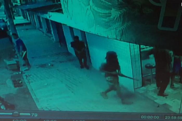 1 padaria 10688583 - Oito bandidos armados com fuzis assaltam padaria - VEJA VÍDEO