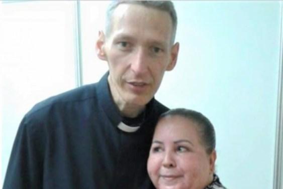 1 padre marcelo rossi e a escritora izaura garcia 9707357 300x201 - Padre Marcelo Rossi é proibido pela justiça de comercializar 'Ágape', seu livro mais famoso