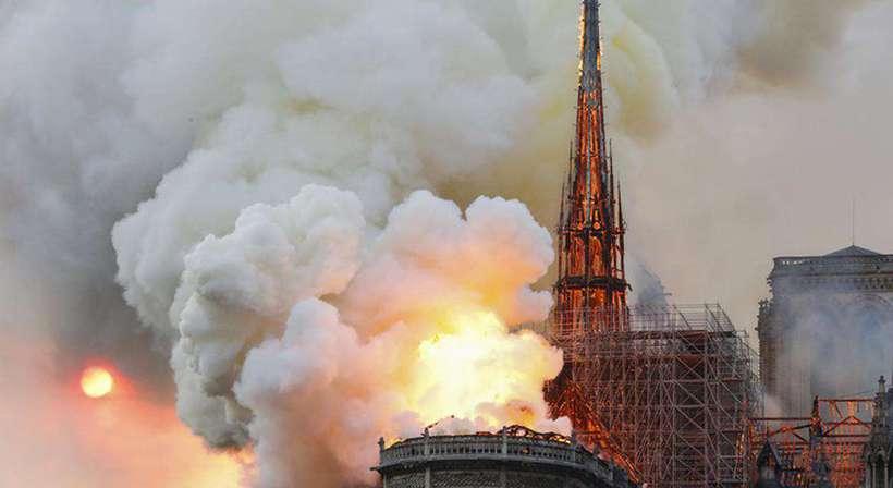 Estrutura da Catedral de Notre-Dame está salva, dizem bombeiros franceses