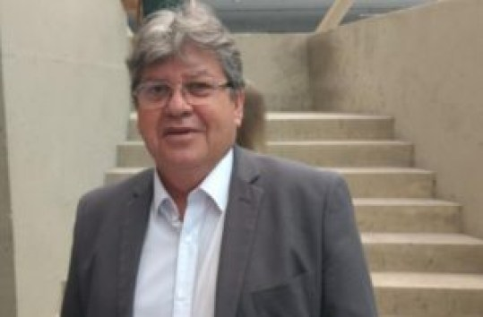 João 300x197 - João Azevêdo assina ordem de serviço do sistema de abastecimento d'água em Belém e participa de OD em Solânea