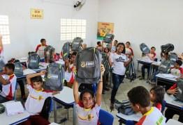 Alunos e alunas da Rede Municipal de Ensino de Conde recebem novos kits escolares