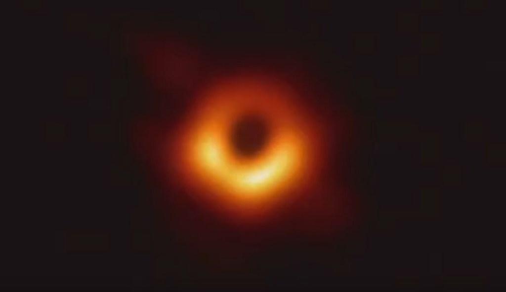 blackhole 1024x592 - Astrônomos apresentam a primeira imagem de um buraco negro já registrada