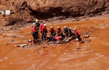 brumadinho bombeiros resgate 300x193 - BRUMADINHO: Bombeiros encontram mais um corpo de vítima do rompimento da barragem