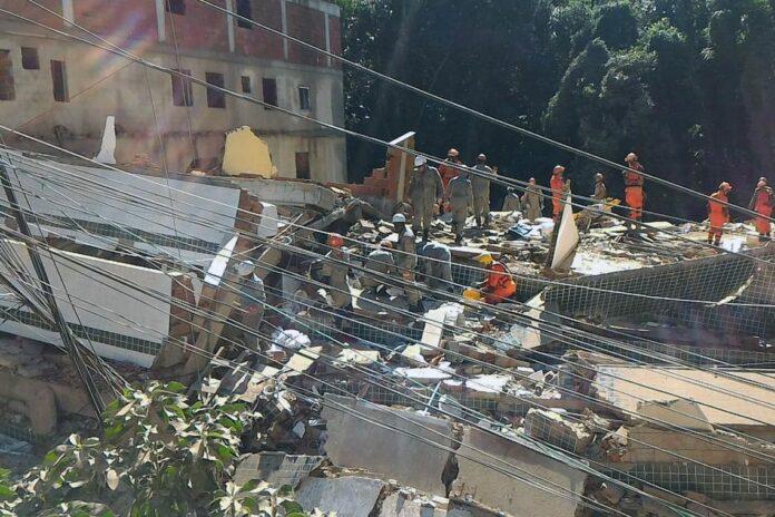desabamento rio Centro de operação da Prefeitura do RJ 696x464 - Família de paraibanos está desaparecida após desabamento de prédio no Rio de Janeiro