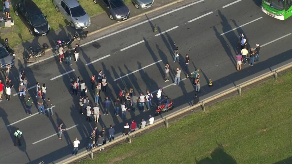 frame 01 38 53.211 1024x576 - Funcionários de gráfica do Enem fazem protesto em rodovia de SP