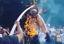 Boneco de Ustra é queimado na avenida Paulista aos gritos de assassino – VEJA VÍDEO