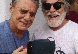 José de Abreu posa com Chico Buarque e músico reclama: 'Que foto horrível'