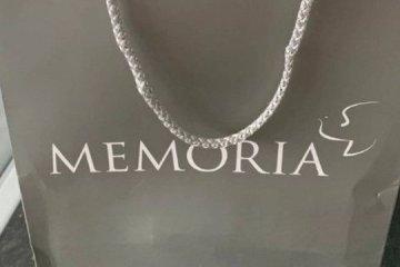 Mulher encontra caixa com cinzas de homem morto na porta de sua casa