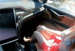 Casal grava cena de sexo dentro de carro elétrico 'dirigido' pelo piloto automático