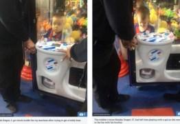 Menino de três anos fica preso em máquina de brinquedo
