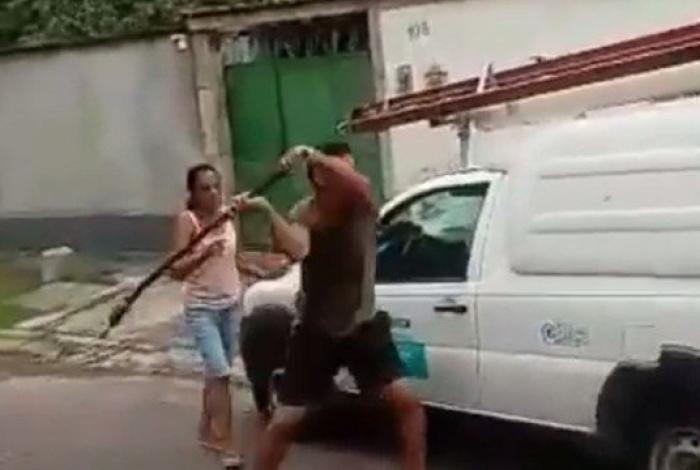 1 homem 11007087 - Homem quebra carro de companhia de energia após ter luz cortada - VEJA VÍDEO