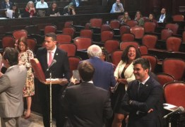 Deputados do PSL distribuem pizzas na Alerj após presidente da Casa decidir manter Renata Souza