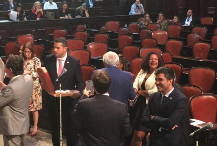 1 pizza 11103546 - Deputados do PSL distribuem pizzas na Alerj após presidente da Casa decidir manter Renata Souza