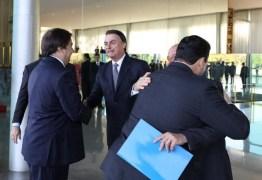Com a caneta, eu tenho muito mais poder do que você, diz Bolsonaro a Rodrigo Maia