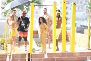 5ce303a52100004b09809b7e 300x200 - De fio dental, Anitta grava clipe levantando peso em comunidade no Rio
