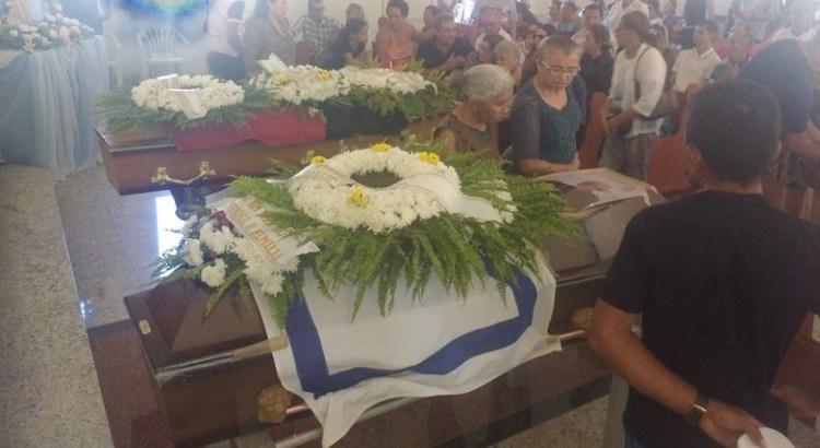 Adauto Queiroga velório na igreja - Primo e irmão de ex-vereadora de Sousa são mortos no Pará e sepultados em Aparecida, na PB - VEJA VÍDEO
