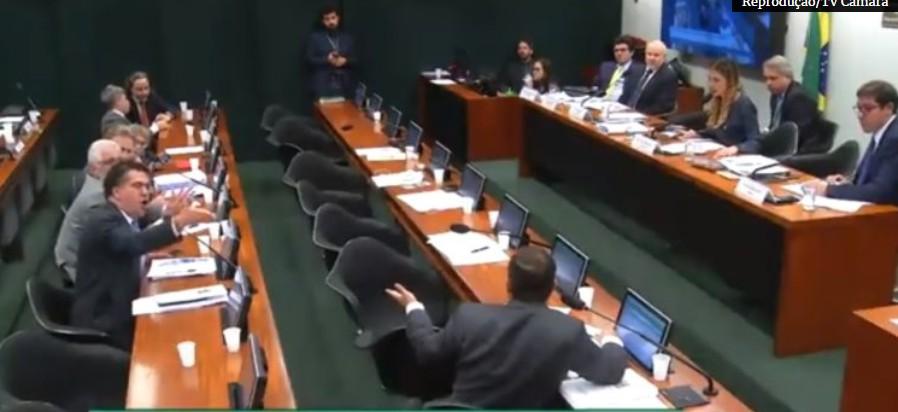 Capturar 54 - BATE BOCA NA CÂMARA:Deputados do PSL e PT discutem durante depoimento de Mantega na CPI do BNDES - VEJA VÍDEO