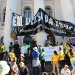 EE8FCDC4 4AA0 4CDD A3E4 75C1973C2ACC - Manifestantes pró-Bolsonaro arrancam faixa em defesa da educação na UFPR - VEJA VÍDEO
