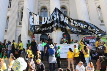 Manifestantes pró-Bolsonaro arrancam faixa em defesa da educação na UFPR – VEJA VÍDEO