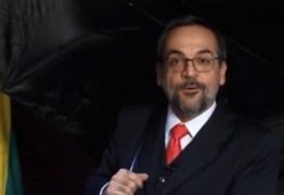 """Ministro da Educação encena """"Singing in the rain"""" para comentar fake news – VEJA VÍDEO"""