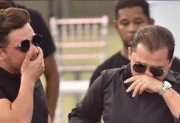 """Wesley Safadão se emociona e canta """"Paraquedas"""" durante velório de Gabriel Diniz – VEJA VÍDEO"""