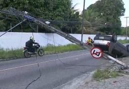ZONA SUL: Carro colide com poste e deixa avenida interditada, em João Pessoa; VEJA VÍDEO