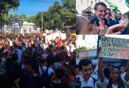Alunos e professores de escolas federais protestam em frente a Colégio Militar visitado por Bolsonaro no RJ