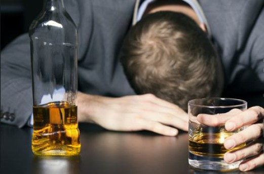 bebidas 300x198 - Homem vai para noitada, bebe demais e acorda sem o pênis