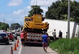 APÓS DIAS DE TRABALHO: PRF retira caminhão atolado em mangue