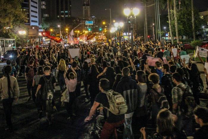 curitiba 1 e1557529998880 - 'FORA BOLSONARO': presidente é recebido em Curitiba com protesto de centenas de pessoas - VEJA VÍDEO