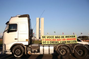 greve dos caminhoneiros petrobras e1527530304369 - Pelo Whastapp, líder caminhoneiro fala em 'fechar Congresso, rodear e sitiar aquele povo ali dentro'