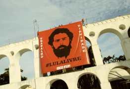Arcos da Lapa amanhecem com faixa de Lula Livre