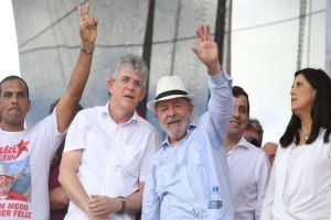 lula em campina7 paraibaonline 300x200 - LÚCIDO E DIGNO: 'Brasil precisa de mais políticos como você', diz Lula em bilhete para RC