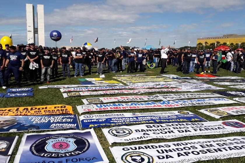 'BOLSONARO NOS TRAIU': policiais fazem manifestação contra a reforma da Previdência
